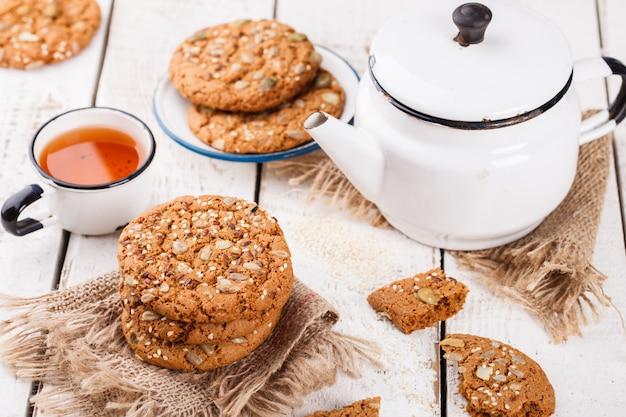 Biscoitos de aveia com sementes de gergelim e sementes de abóbora para chá