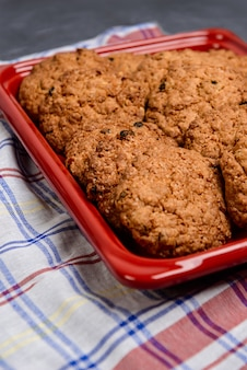 Biscoitos de aveia doce na bandeja vermelha