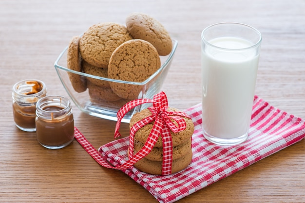 Biscoitos de aveia e um copo de leite