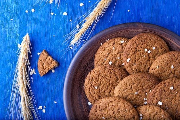 Biscoitos de aveia em chapa marrom