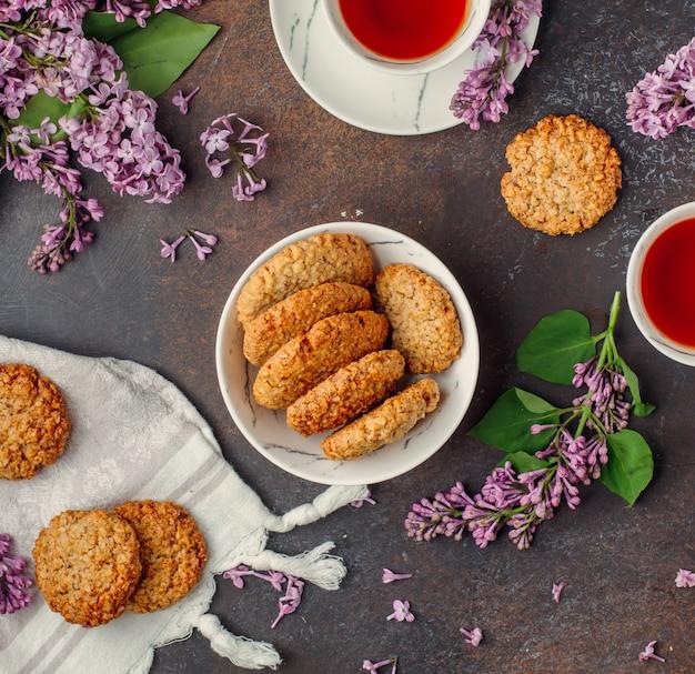 Biscoitos de aveia em cima da mesa