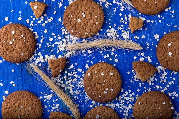 Biscoitos de aveia em fundo azul