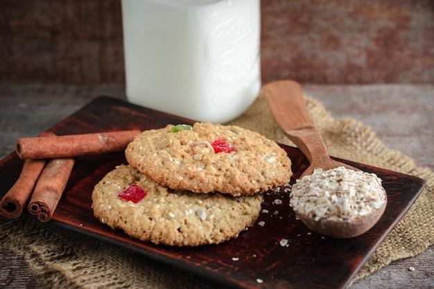 Biscoitos de aveia em um backgroun de madeira
