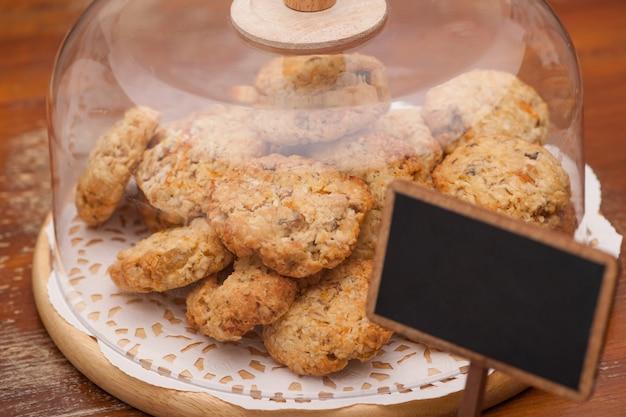 Biscoitos de aveia em um recipiente de vidro lacrado
