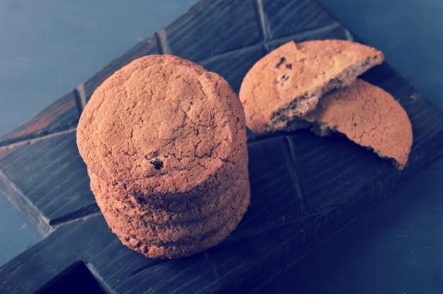 Biscoitos de aveia em uma placa de madeira rústica