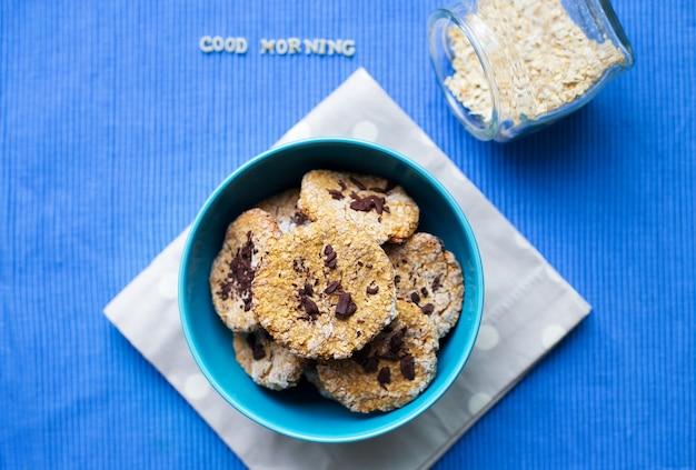 Biscoitos de aveia em uma tigela azul