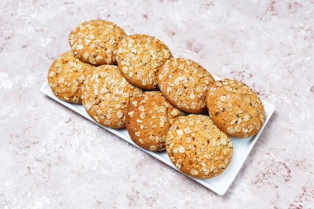 Biscoitos de aveia estilo americano sobre fundo claro de concreto.