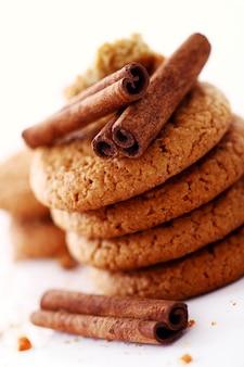 Biscoitos de aveia frescos e saborosos com paus de canela
