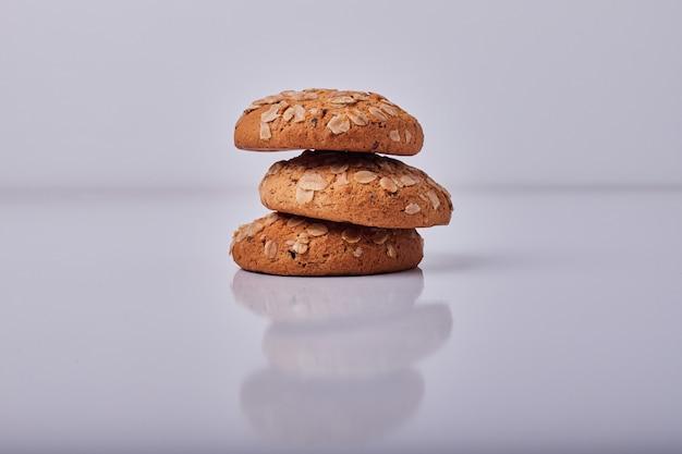 Biscoitos de aveia isolados em cinza.
