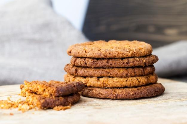 Biscoitos de aveia na mesa, café da manhã ou sobremesa