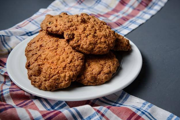 Biscoitos de aveia no prato em cinza
