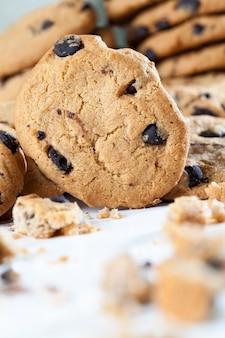 Biscoitos de aveia quebrados e grandes pedaços de chocolate doce juntos