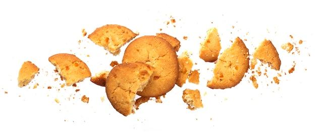 Biscoitos de aveia quebrados isolados no branco