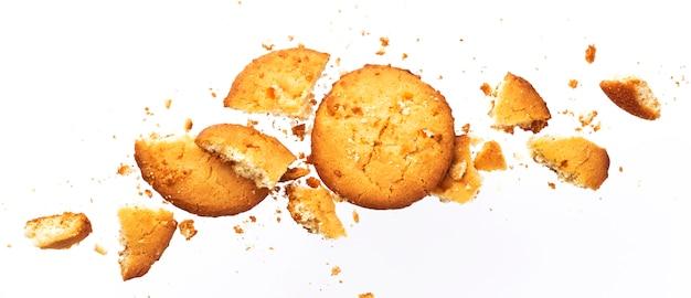 Biscoitos de aveia quebrados, isolados no fundo branco