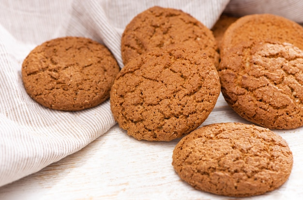 Biscoitos de aveia recém-assados em fundo de madeira rústica.