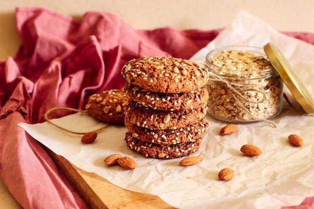 Biscoitos de aveia saborosos com nozes e sementes em um fundo bege
