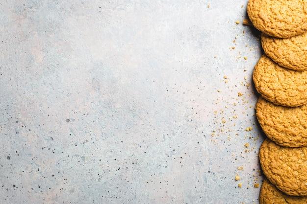 Biscoitos de aveia saudáveis em um fundo cinza