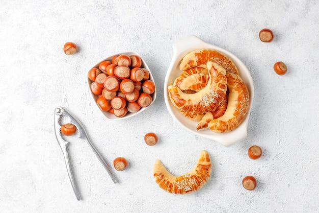 Biscoitos de avelã com avelãs, vista superior