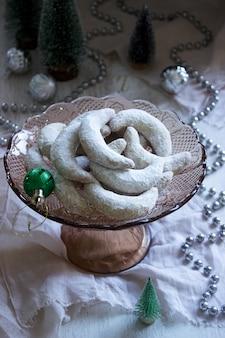 Biscoitos de baunilha checa crescentes com enfeites de natal