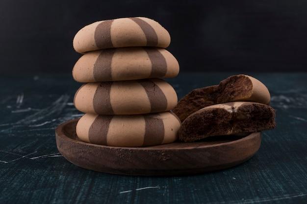 Biscoitos de baunilha e cacau em travessa de madeira