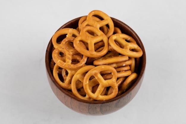 Biscoitos de bretzels com sal isolado em uma superfície branca