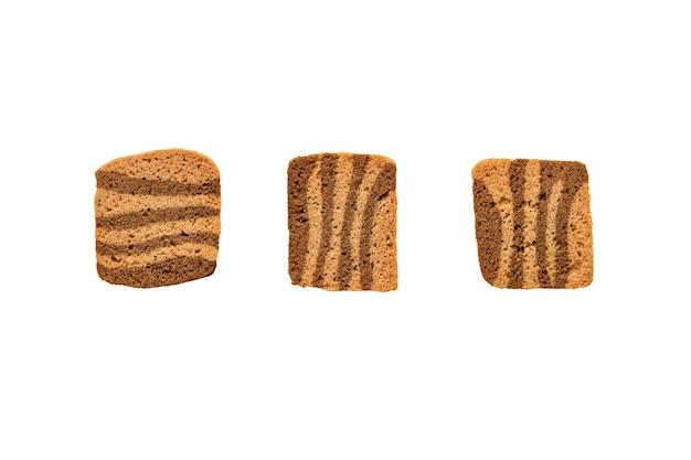 Biscoitos de café crocantes finos em fundo branco liso, isolado.