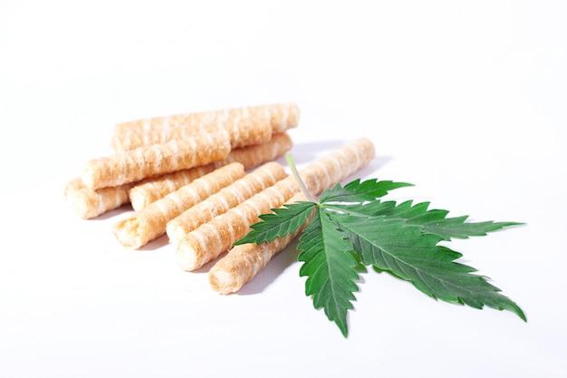 Biscoitos de cannabis na forma de tubos, iguarias de confeitaria adicionando thc para cafeterias