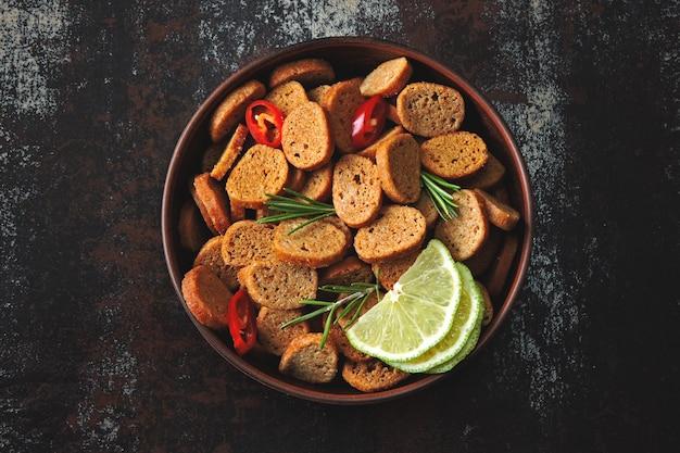 Biscoitos de centeio crocantes em uma tigela com especiarias. configuração plana.