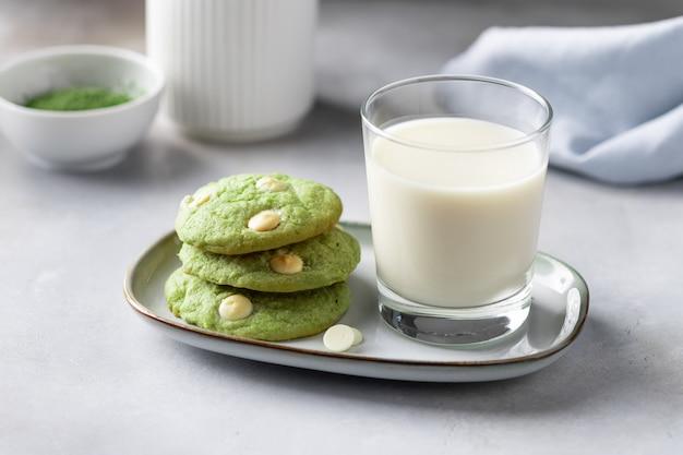 Biscoitos de chá verde matcha e copo com leite vegetal