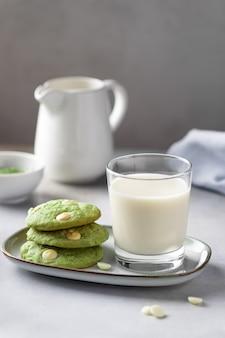 Biscoitos de chá verde matcha e leite não lácteo em copo