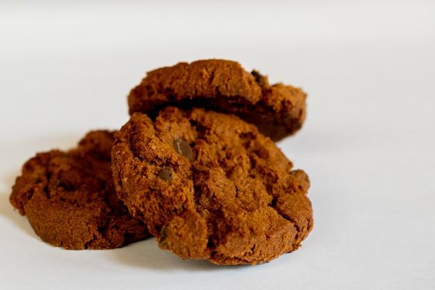 Biscoitos de chocolate amargo em fundo branco
