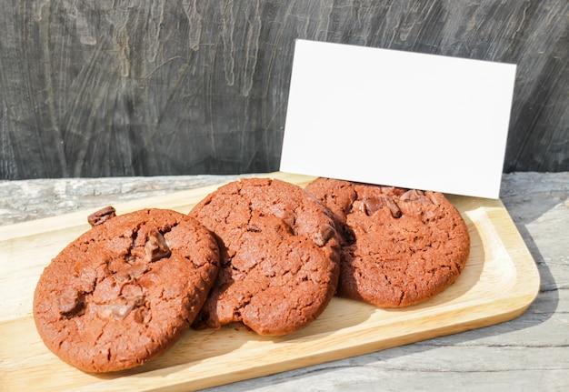 Biscoitos de chocolate caseiros com cartão de nome em branco
