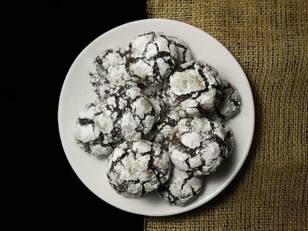 Biscoitos de chocolate caseiros. cookies brownie de chocolate em açúcar de confeiteiro