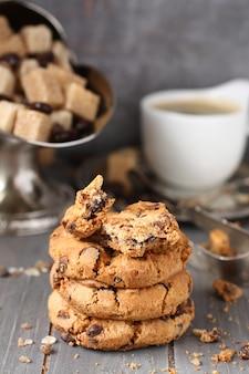 Biscoitos de chocolate caseiros frescos com xícara de café expresso em fundo de madeira velho