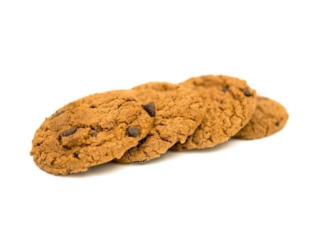 Biscoitos de chocolate caseiros isolados no fundo branco