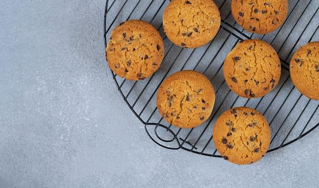 Biscoitos de chocolate caseiros na vista superior da cremalheira de arame de refrigeração. espaço para seu texto