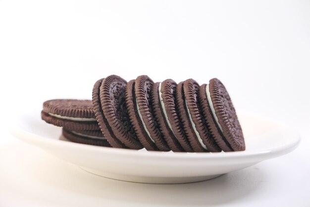 Biscoitos de chocolate caseiros no prato isolado no branco.