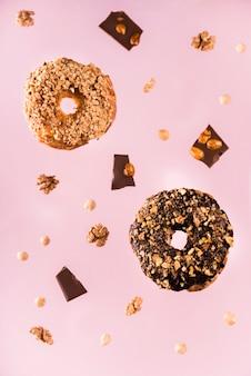 Biscoitos de chocolate close-up com nozes