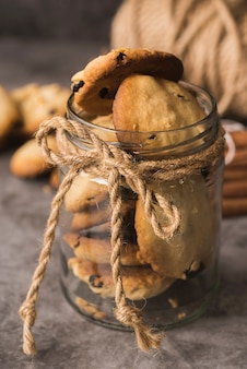 Biscoitos de chocolate close-up em uma jarra