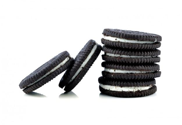 Biscoitos de chocolate com creme isolado no branco