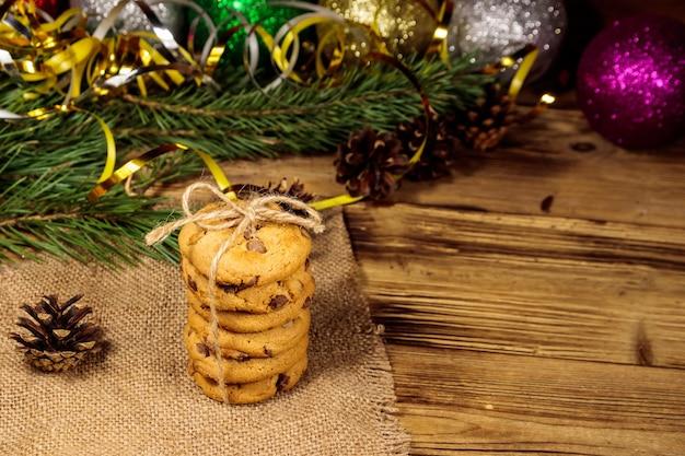 Biscoitos de chocolate com decoração de natal na mesa de madeira
