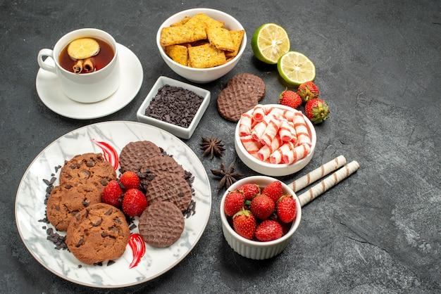 Biscoitos de chocolate com doces e chá de cima