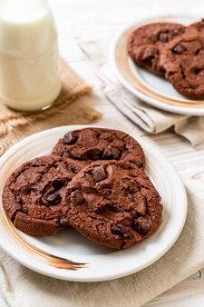 Biscoitos de chocolate com gotas de chocolate