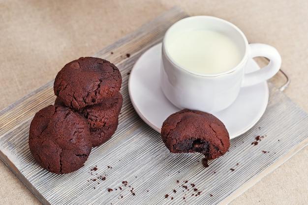 Biscoitos de chocolate com leite na mesa de madeira