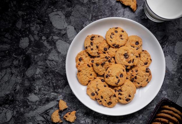 Biscoitos de chocolate com leite na vista de cima