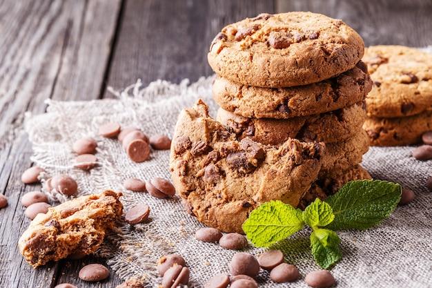 Biscoitos de chocolate com menta e gotas de chocolate, foco seletivo.