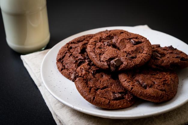 Biscoitos de chocolate com pepitas de chocolate