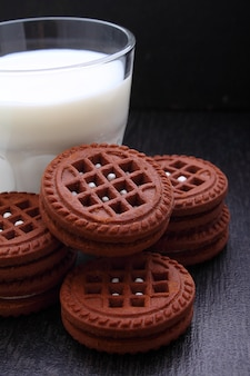 Biscoitos de chocolate com um copo de leite