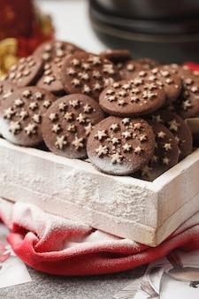 Biscoitos de chocolate de natal em uma caixa