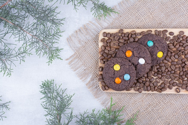 Biscoitos de chocolate decorados com doces e grãos de café